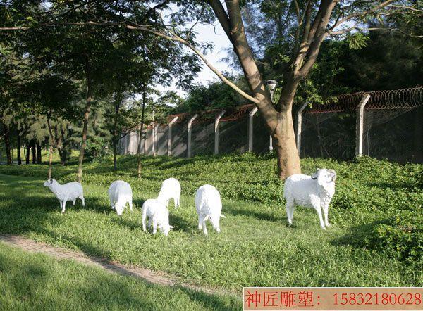草坪山羊雕塑